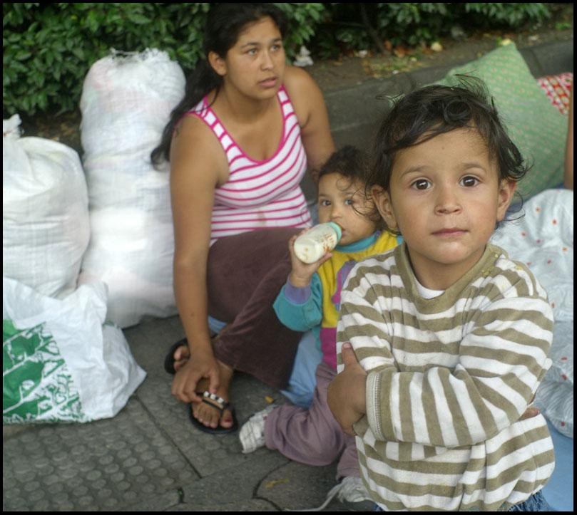 Jeune femme avec ses enfantsfaisant partie du groupe chassé de la place de la Mairie le 11 Août